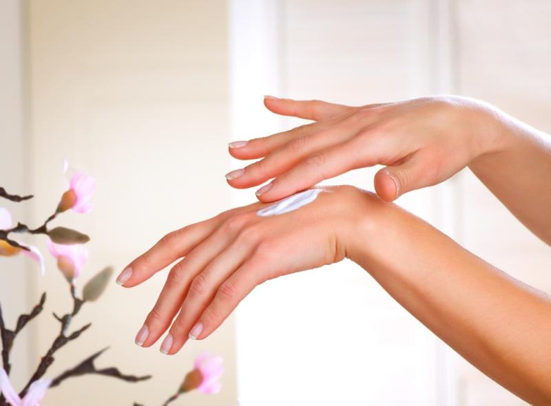 هل تعانين من تشقق الأيدي؟ اليك الأسباب ووصفات طبيعية للعلاج