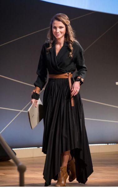 10bc1c95c إطلالة أنثوية من وحي أناقة الملكة رانيا | مجلة الجميلة