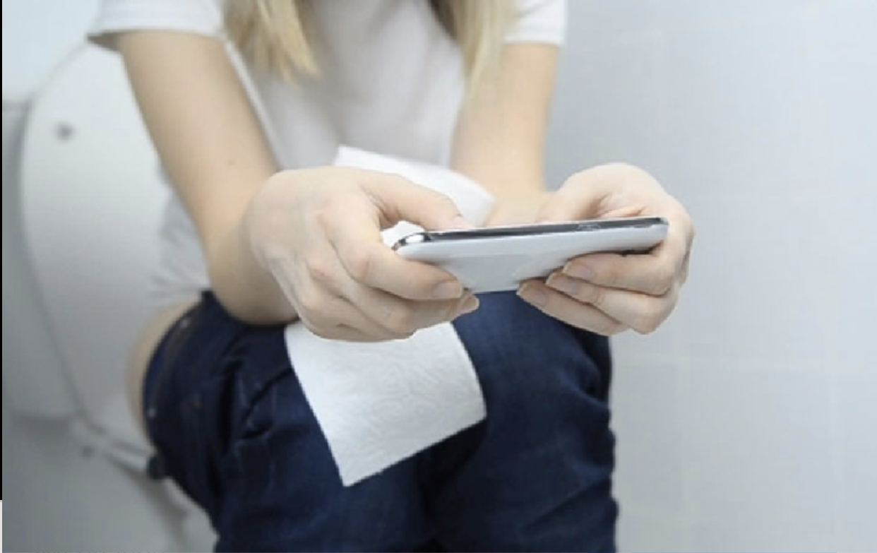 استخدام الهاتف في المرحاض