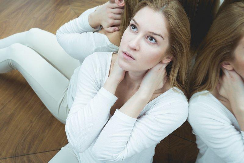 ومن اعراض هذا الاكتئاب الهلاوس سواء السمعية أو البصرية