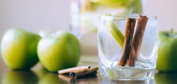 ماء بالتفاح والقرفة
