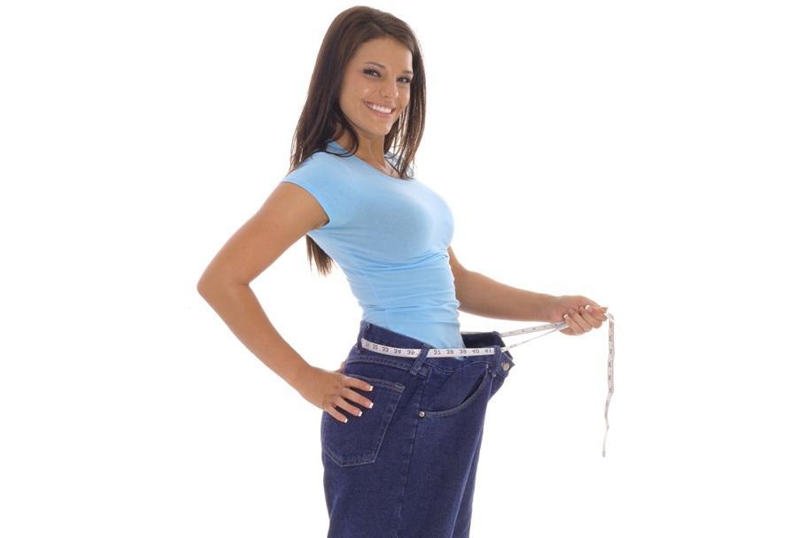 رجيم الأرز؟ هل هذا صحيح؟ نعم، فهو حمية غذائية ضرورية بالنسبة إلى الأشخاص الذين يرغبون في التخلص من الدهون المتراكمة في أجسامهم وفي مكافحة السمنة والسكري وارتفاع ضغط الدم والقصور الكلوي وأمراض القلب والأوعية الدموية. فهل تريدين خسارة وزنك الزائد بسرعة، أي خلال مدة تراوح بين أسبوعين و4 أسابيع؟ إليك المزيد.     رجيم الأرز… ما هو؟  في البدء اعلمي أنّ مبتكر هذا الرجيم يدعى وولتر كيمبنير، وهو ألماني ولد في العام 1903 والتحق، في العام 1934، بقسم الطب في جامعة داك. وبعد أن أجرى دراسات عدّة حول تأثير استهلاك الأرز على صحّة ووزن عدد من الأشخاص، رأى أنّ الأشخاص الذين يتناولون هذه المادة، يعانون، أقل من غيرهم من: السمنة، السكري وارتفاع ضغط الدم. لكن، إلامَ يستند هذا الرجيم؟ وما الأطعمة التي يسمح بتناولها إلى جانب الأرز؟ إليك الإجابة:  -في المرحلة الأولى من هذا الرجيم، أي خلال الأسبوعين الأولين، لا بدّ لك من أن تتبعي قواعد قاسية إلى حد ما، أيّ أن تتناولي: الأرز مع الخضار، الفواكه الموسمية  والبقوليات والحبوب فقط. إذاً، لا يستند رجيم الأرز، كما تظن الكثيرات، إلى تناول هذا المكوّن فقط، فثمة خيارات أخرى، إذ إنّه يسمح لك بأن تتناولي 30 نوعاً آخر من الأطعمة المتنوعة والغنية بالفيتامينات الأساسية والعناصر الغذائية التي يحتاج إليها جسمك.  -في المرحلة الثانية يمكنك أن تضيفي إلى الأرز أطعمة صحية مثل الأسماك غير الدهنية.           إقرئي أيضاً: أسرار حرق الدهون بفاكهة البرتقال     معلومات مهمة  -في حال أردت أن تتبعي هذه الحمية، من الأفضل أن تخفضي، إلى حدوده القصوى، استهلاكك للملح، إذ يجب ألا تتخطى الكمية التي تتناولينها منه الـ0,5 غ يومياً. فالملح عامل مهم في ما يتعلق بزيادة الشهية والوزن.    -إحرصي، بالطبع، على ألا تتناولي الكثير من الأطعمة التي تحتوي على الدهون، إذ يجب ألا تتخطى حصتك اليومية منها الـ5 غ.    -إعملي على طهو الأرز بطريقة صحية، أيّ من دون أن تضيفي إليه الزبدة أو الحليب أو الصلصات. واحرصي على أن تشعري بالشبع عند تناوله.  - إشربي السوائل والخلاصات النباتية الخالية من السكّر، قبل ربع ساعة من حلول موعد وجبتك.     أهداف أساسية  من أبرز الأسباب التي قد تدفعك إلى اتباع رجيم الأرز هي رغبتك في خسارة الدهون التي تتراكم في جسمك، ولا سيما في منطقة بطنك. فهو، في الواقع، رجيم سهل التطبيق 