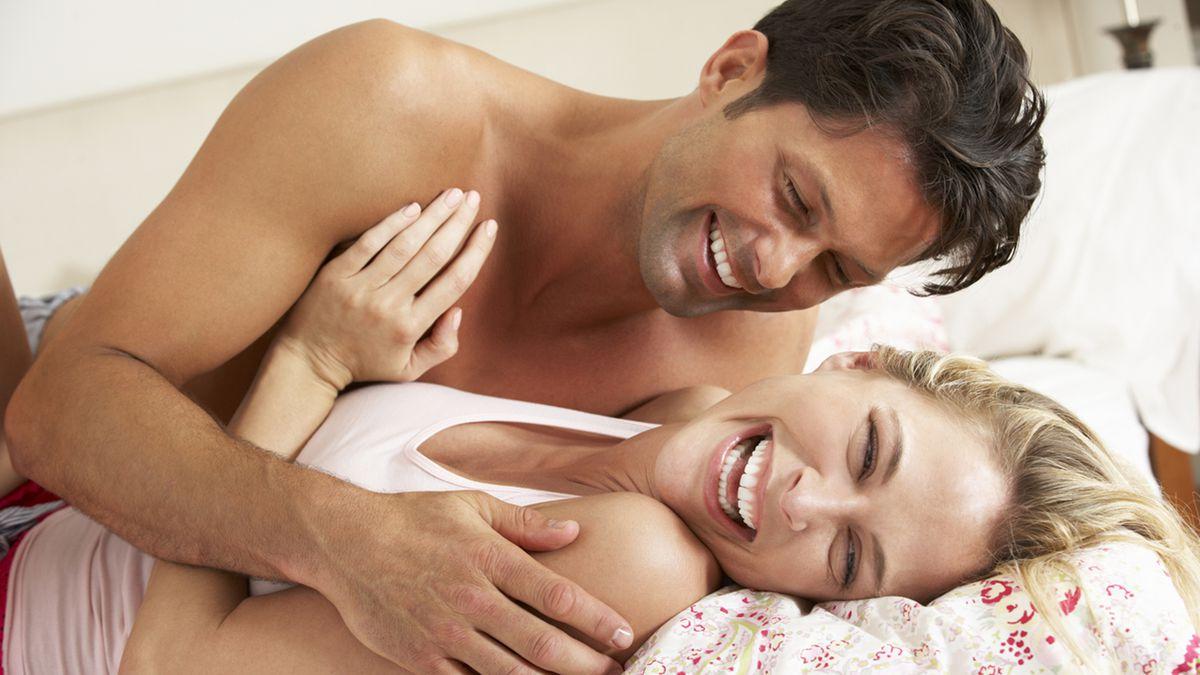 71091b89e إذا وجدتِ زوجك يريد إعداد الطعام، فهذه إشارة إلى رغبته بالعلاقة، وهو بذلك  يحاول أن يبقى حولك وأمامك للاحتكاك بك، وتعبيراً عن مدى اهتمامه بك، وفي هذا  الوقت ...