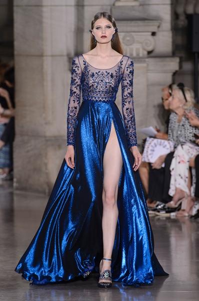 3fa5b71f3b421 فستان للخطوبة باللون الأزرق الداكن بتصميم ملفت من جورج حبيقة
