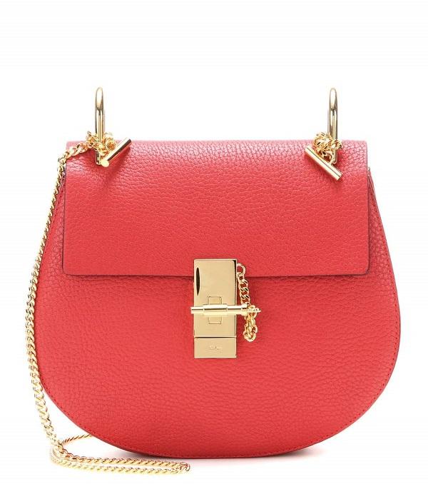 ab5f8fc66e63f حقائب صغيرة باللون الأحمر لا تفارق اناقتك