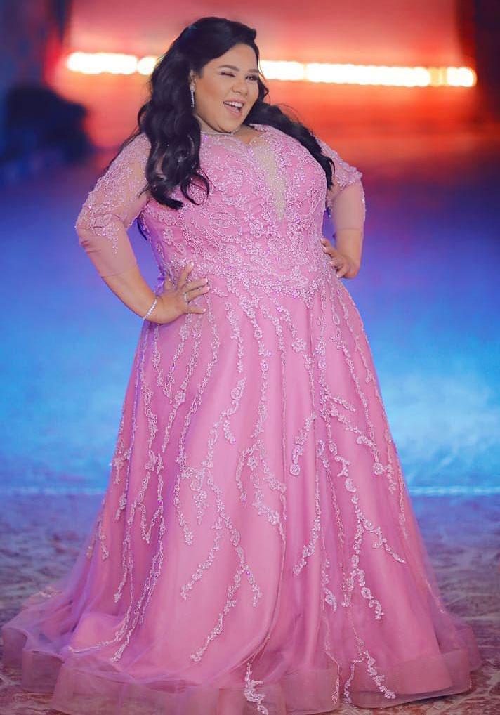 4cc1cf10eaa2e كسرت شيماء سيف تقاليد الثوب الأبيض، واختارت فستان زفاف وردياً، وهي صيحة  رائجة في عالم فساتين الزفاف، وتميز الفستان بتصميمه الواسع والذي أخفى عيوب  جسمها مع ...