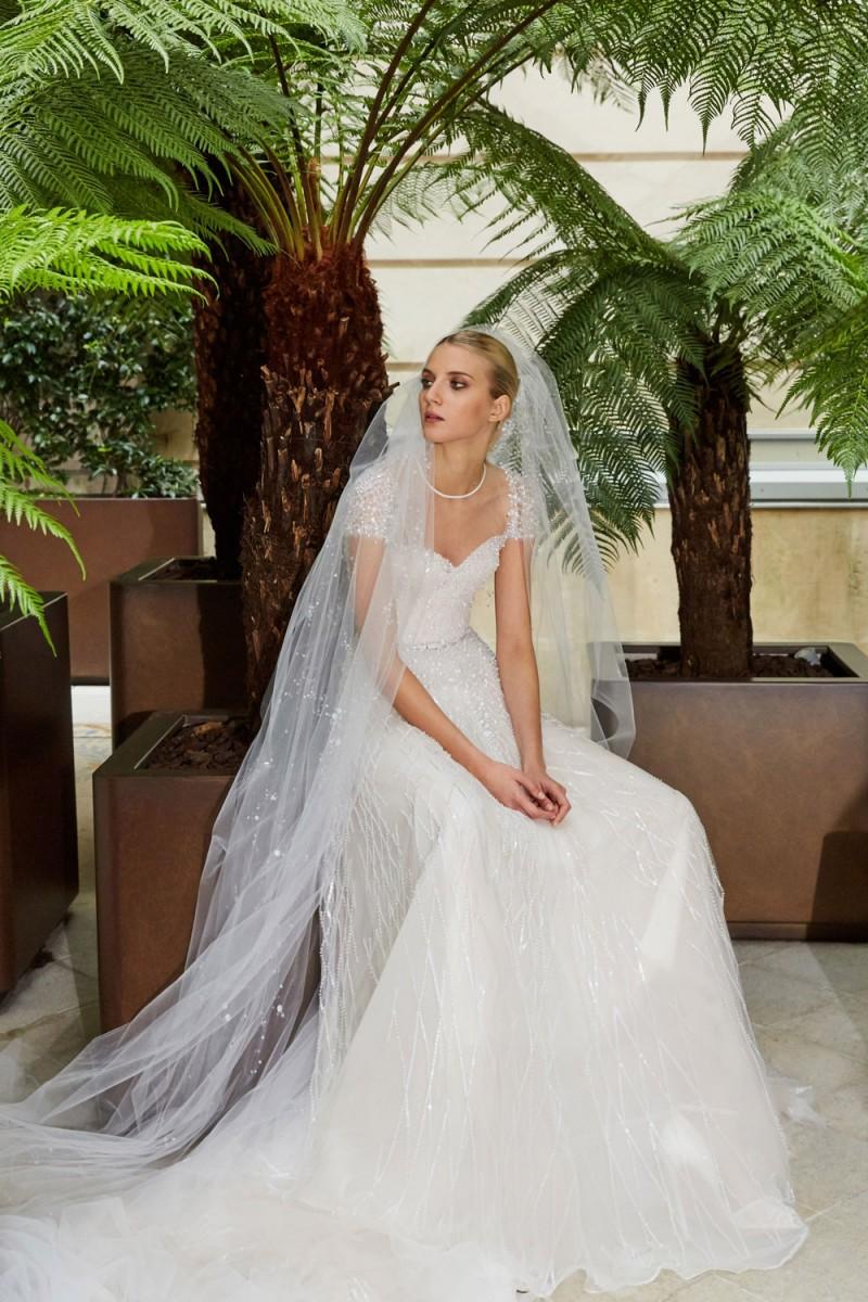 فساتين زفاف مرصعة بالكريستال لإطلالة فخمة