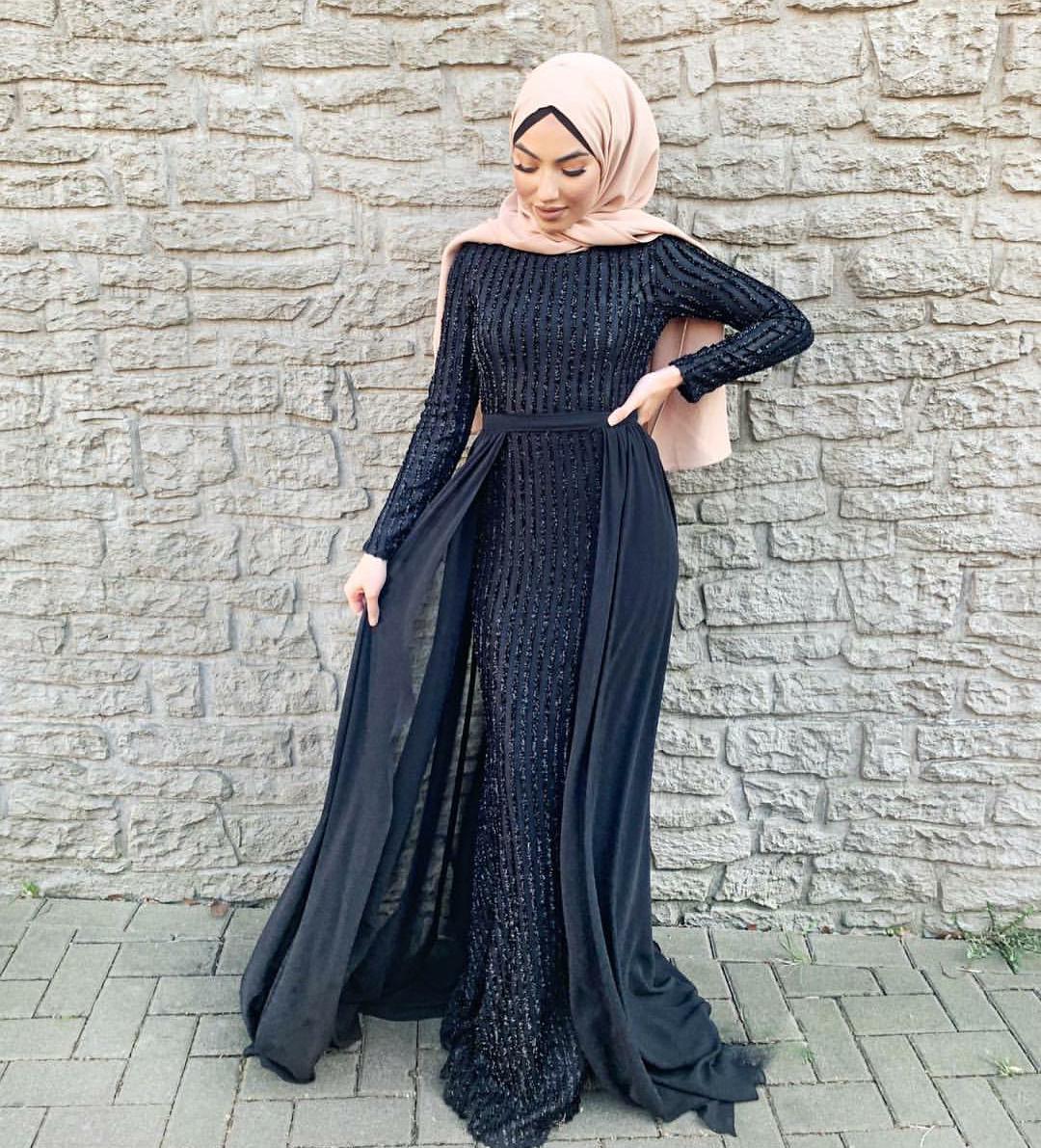 06968d095 لا خلاف على أن الأسود هو ملك الألوان، لذا أحرصي على إقتناء فستان سهرة بهذا  اللون الراقي، أختاريه بقصة حورية البحر Mermaid cut لإطلالة ممشوقة.