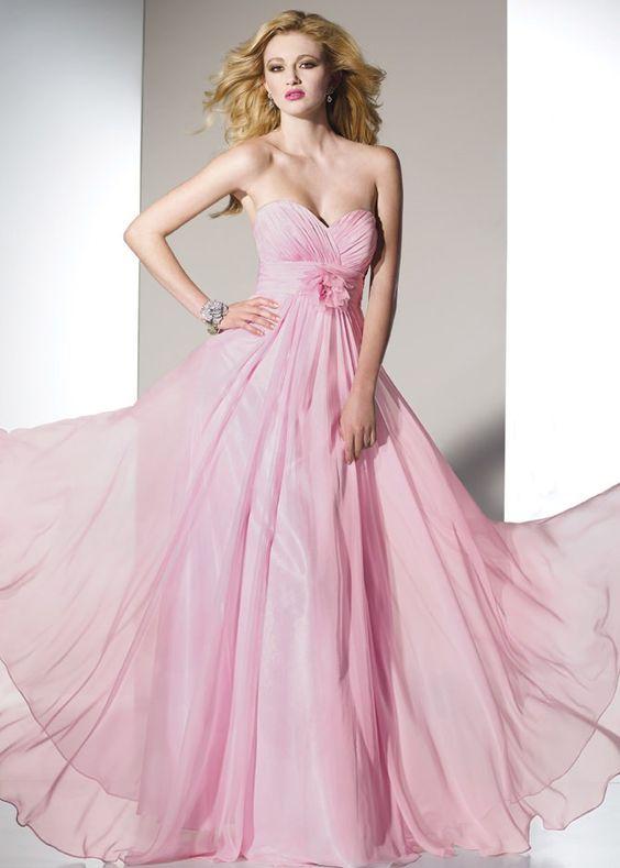 3c7906698 أهم ما يميز فستان السهرة الوردي، أنه يمكن تنسيقه مع كثير من الإكسسوارات،  سواء أكانت باللون الأسود أو البيج أو الأبيض.
