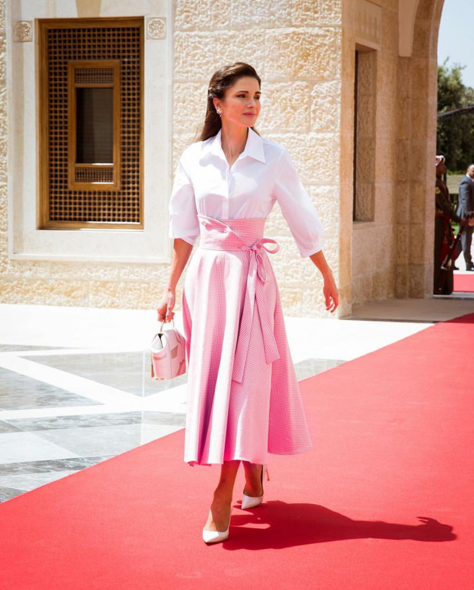 a2e4231b45722 في عيد ميلادها.. أزياء وفساتين الملكة رانيا العبدالله بتوقيع ماركات ...