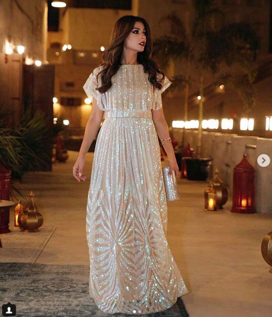 137b167c07cc7 كما أن بعض فساتين مهيرة عبد العزيز عبد العزيز يمكن أن تناسب العروس العصرية،  فهي تميل لارتداء الفساتين باللون الأبيض في بعض الإطلالات.
