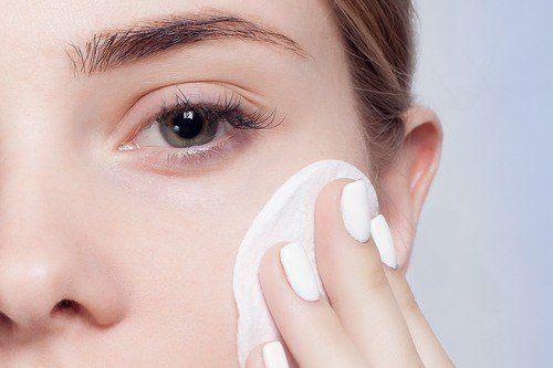 كيفية إعداد سيروم طبيعي معالج لانتفاخات العينين