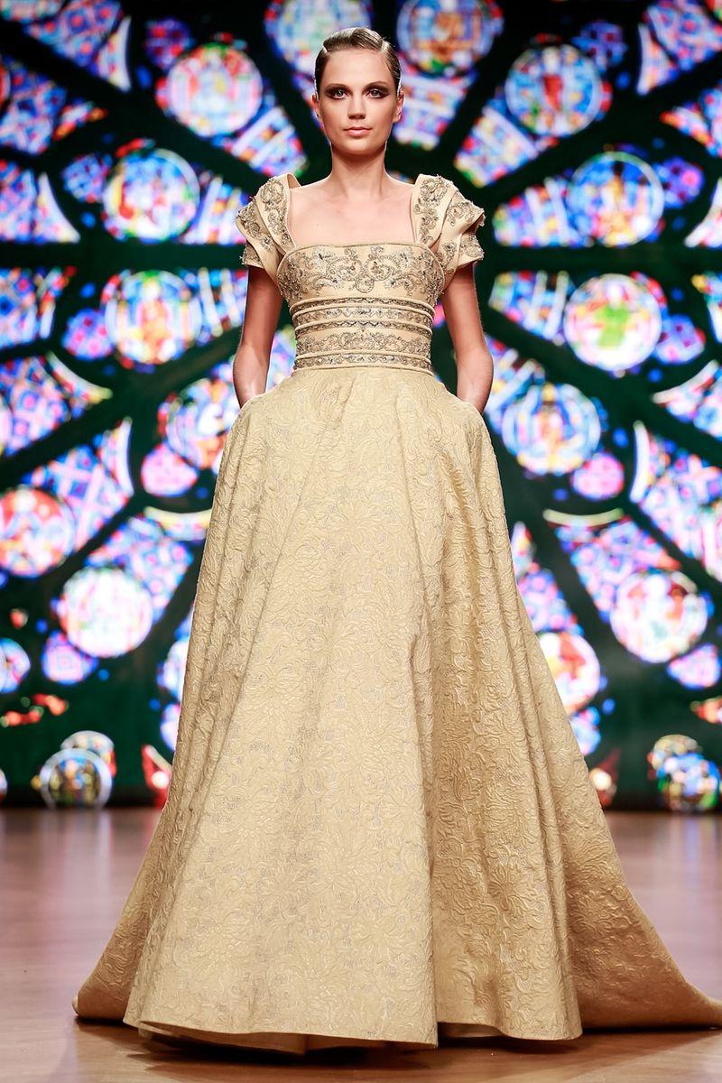 c8093551a وقد قدم العديد من المصممين فساتين ذهبي بتصاميم متنوعة، مثل فساتين طوني ورد  Tony Ward في أسبوع الموضة الراقية سواء بقصّات بسيطة أو منفوشة.
