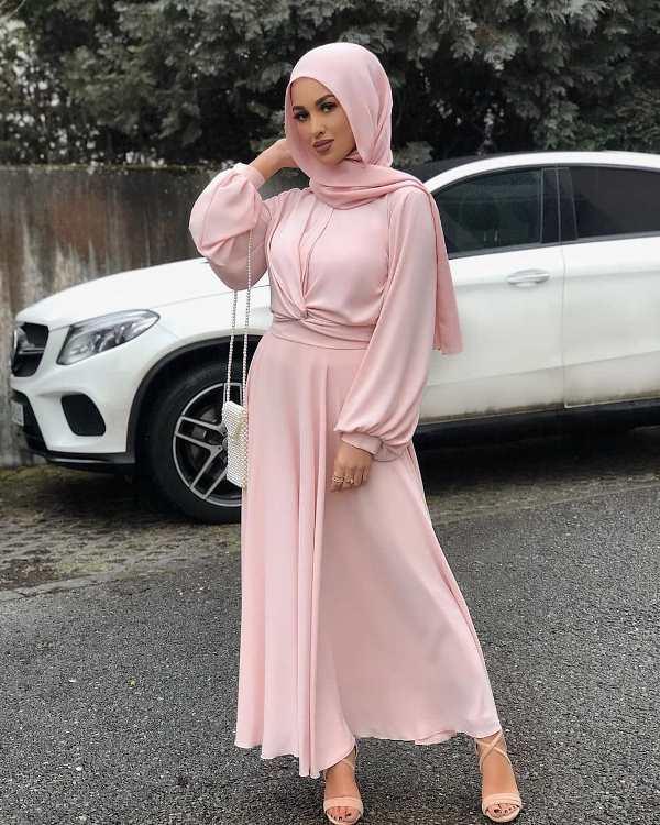 الحجاب الزهري... حليف مثالي لكافة إطلالاتك