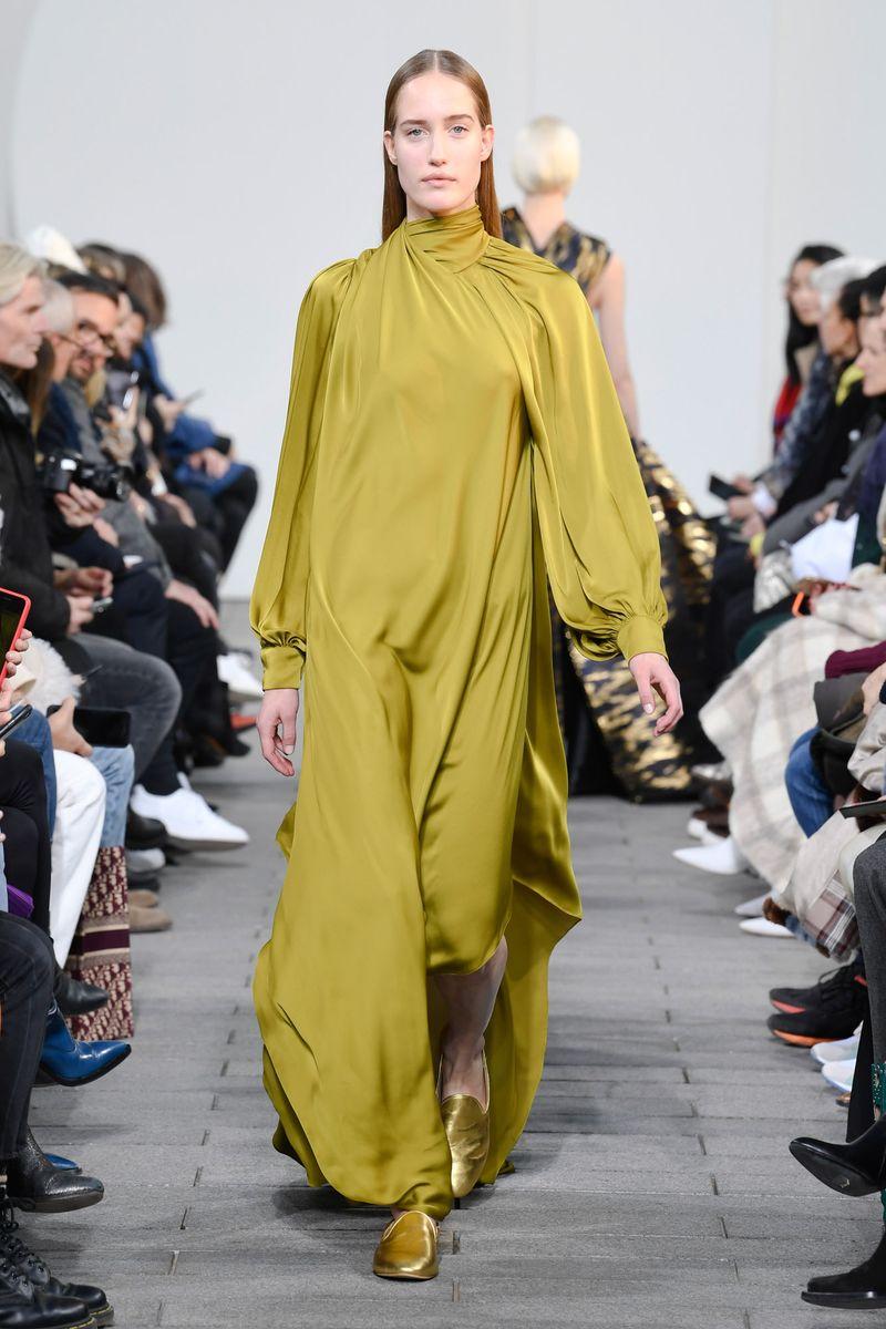 a50f9ecc2079b ... عروض ميزون ربيع كيروز Maison Rabih Kayrouz وديور Dior، وننصحك  بالإستعانة بهذه الستايلات ليس فقط لقصتها الساترة وأنما أيضًا لأنها ستخفي  جميع عيوب جسمك.