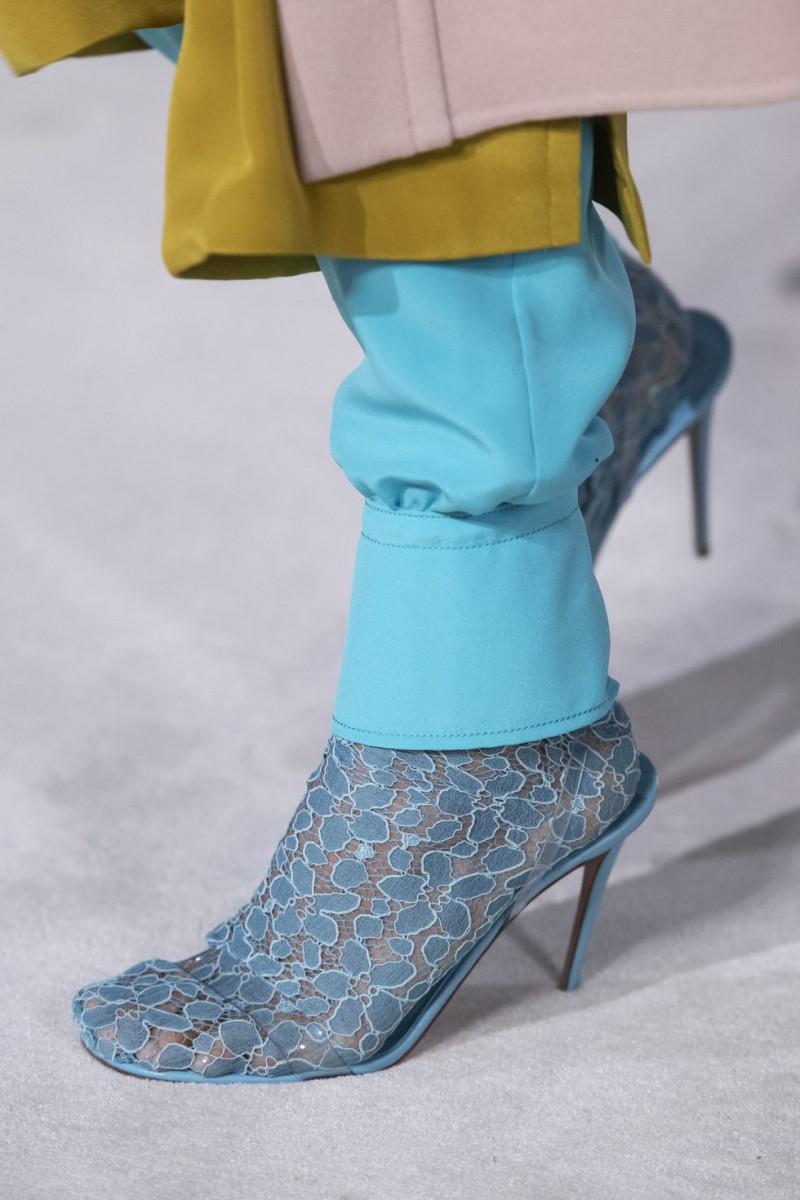 69dd6277eae48 وقدمت بعض الماركات أحذية نسائية طويلة مثل الحذاء الفضي بالجلدا للامع من  زهير مراد، حذاء Schiaparelli المزين بزخارف ملونة، وحذاء ديور Dior المغطى  بالغليتر ...