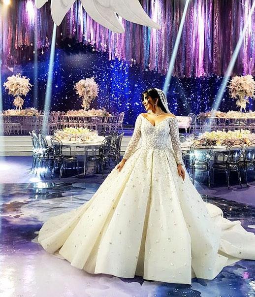 2ad691331b6e7 إرتدت أغلب العرائس فساتين زفاف مطرزة بالكامل، مع بريق يأسر القلوب، وطغت  الفساتين المنفوشة على احدث اطلالات فساتين عروس لبنانيه