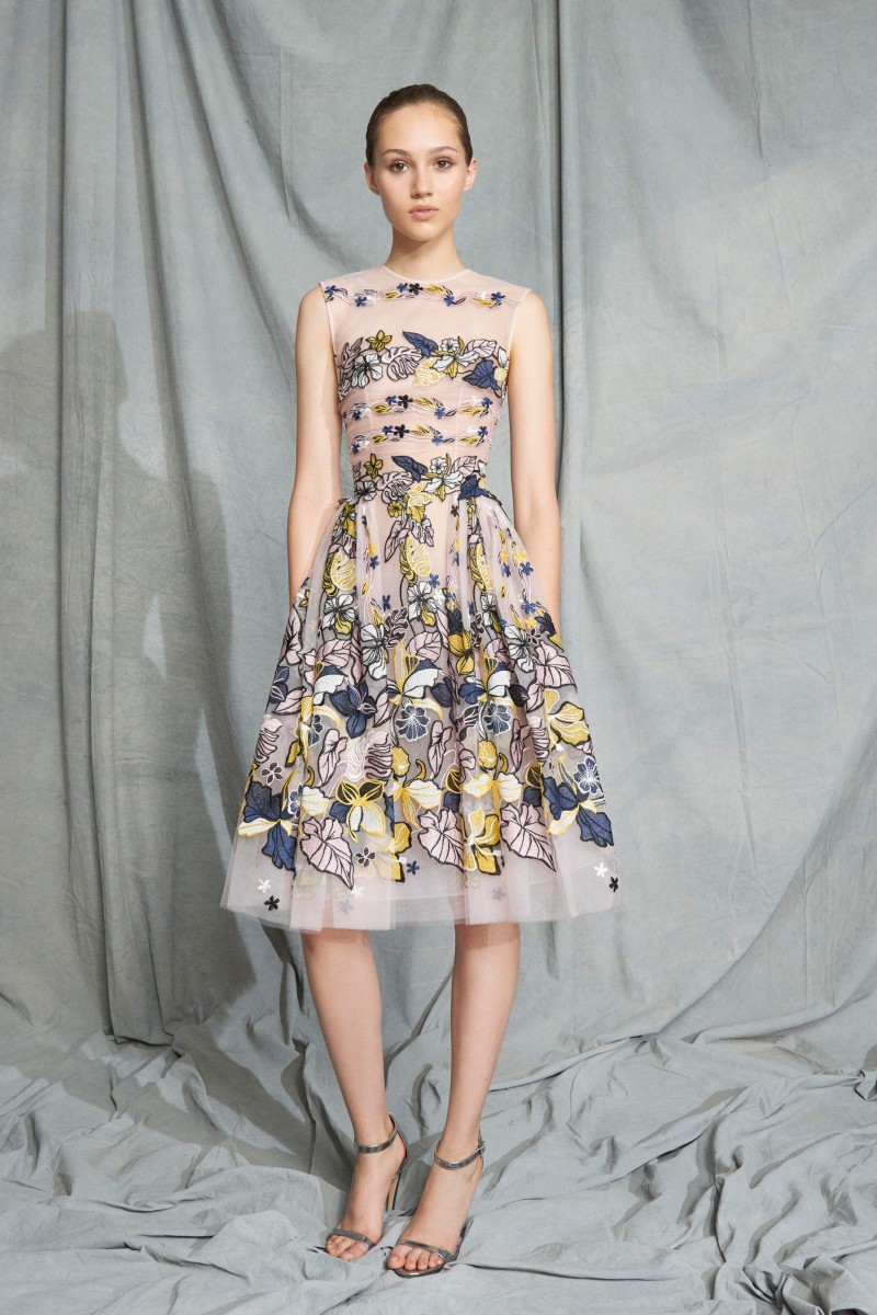 58d854bf96695 كذلك أبدع المصمم اللبناني زهير مراد Zuhair Murad فساتين مزينة بطبعات الورود  على أقمشة شفّافة، وبدت الفساتين ناعمة وبسيطة، وتتناسب مع إطلالات النهار  والمساء.