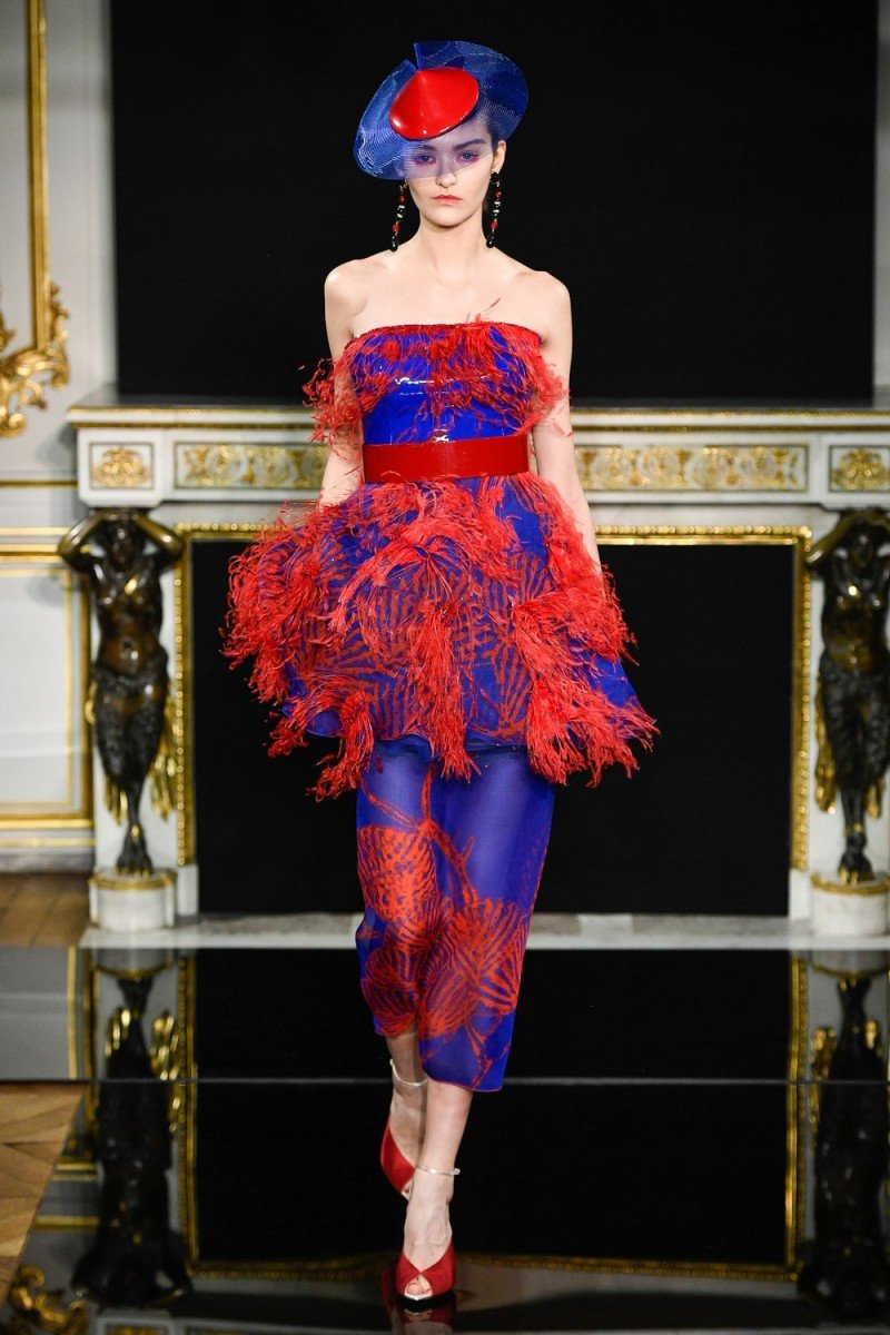 2ecf80da62089 ... في المواسم الماضية، ها هي هذه الصيحة تكمل مسارها لتدخل مختلف عناصر  الموضة وأبرزها في أسبوع الموضة الموضة في باريس فساتين سهرة مفعمة بالروعة  والشياكة.