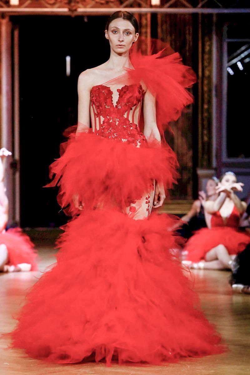 d8dbf6c31 وقدمت ماركة Eva Minge تصميمًا يأسر القلوب باللون الأحمر مع قصاقص التول  المنفوشة على القماش الشفاف بقصّة حورية البحر Mermaid.