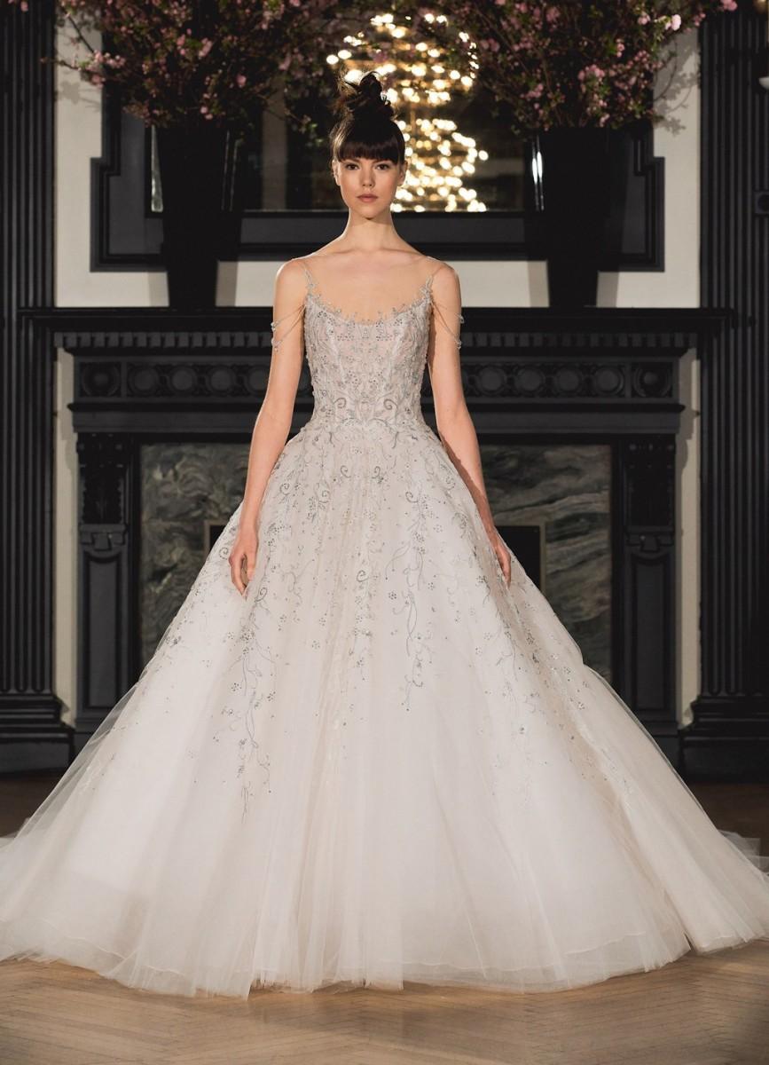 cc8057990 وللعروس التي تميل للفساتين الأكثر إبهارًا والمرصعة بالفصوص البرّاقة  والكريستال، نطلعك على أجدد موديلات فساتين زفاف فخمة 2019.
