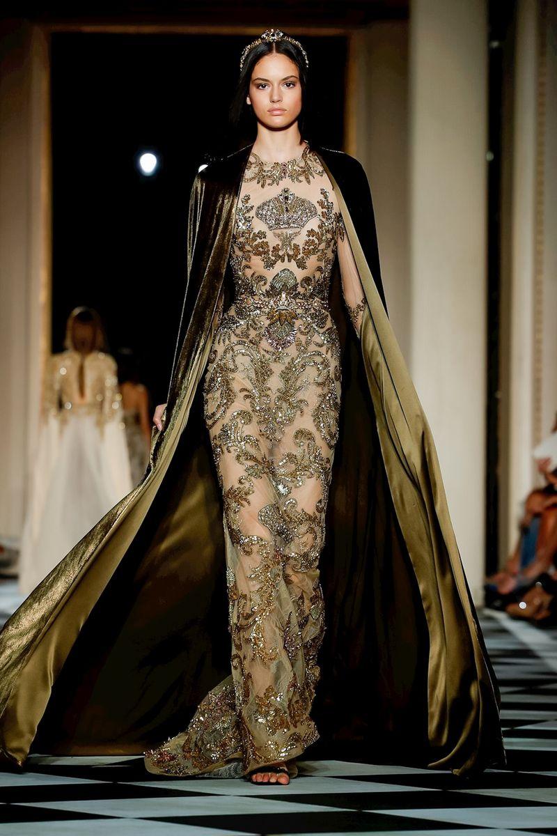 b91b2e2cff8bd زود المصمم اللبناني عدد من فساتين خريف وشتاء 2018 – 2019 بكاب طويل يصل  لحافة الفستان، أعتمديه لتنفحي إطلالتك بلمسة ملوكية كما أنه سيظهر طول قامتك.