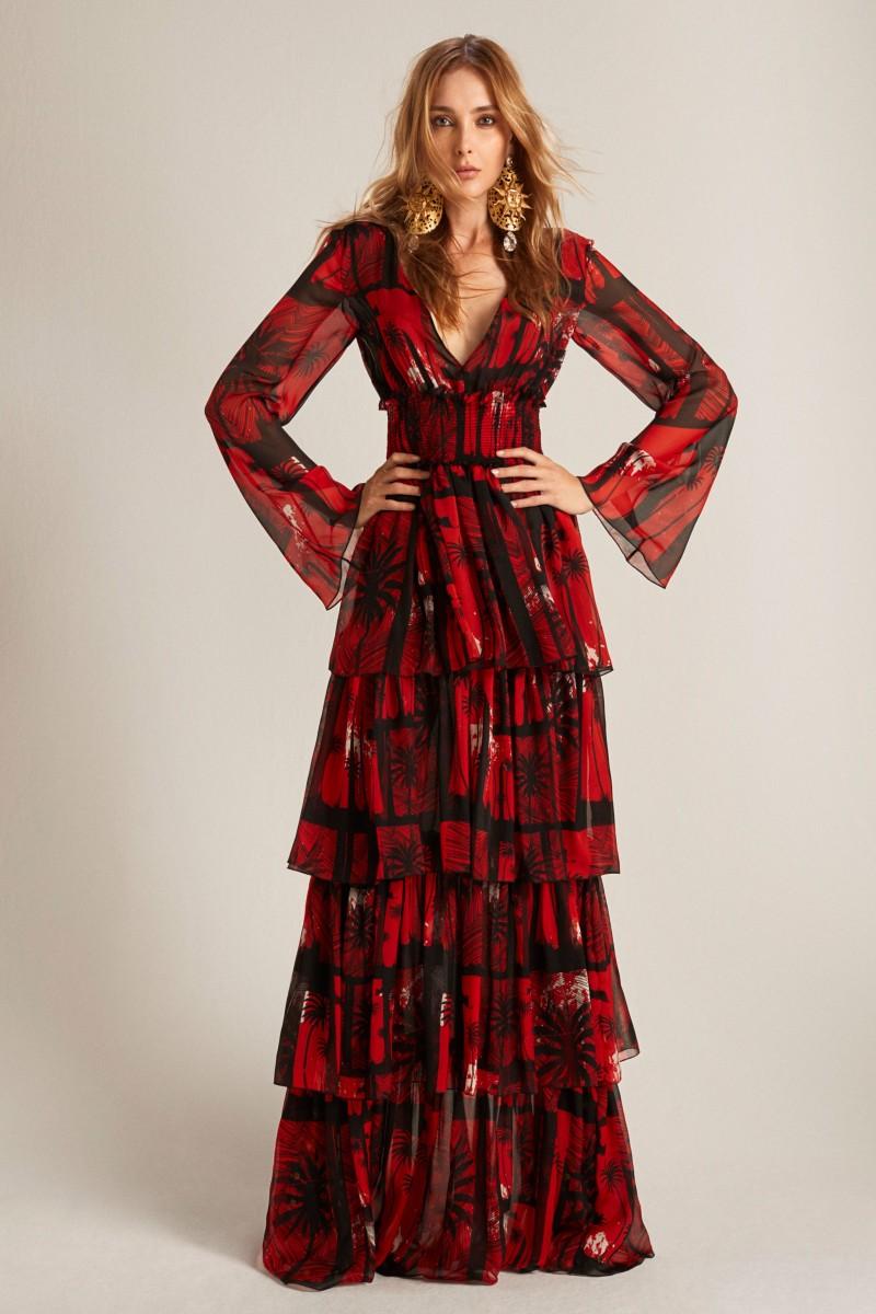 12605b519af84 نحيفات الساق يمكنهن اللجوء إلى صيحة الفساتين المصممة بتنورة على هيئة طبقات  مثل الموديل الموقع من فاوستو بوغليسي Fausto Puglisi.