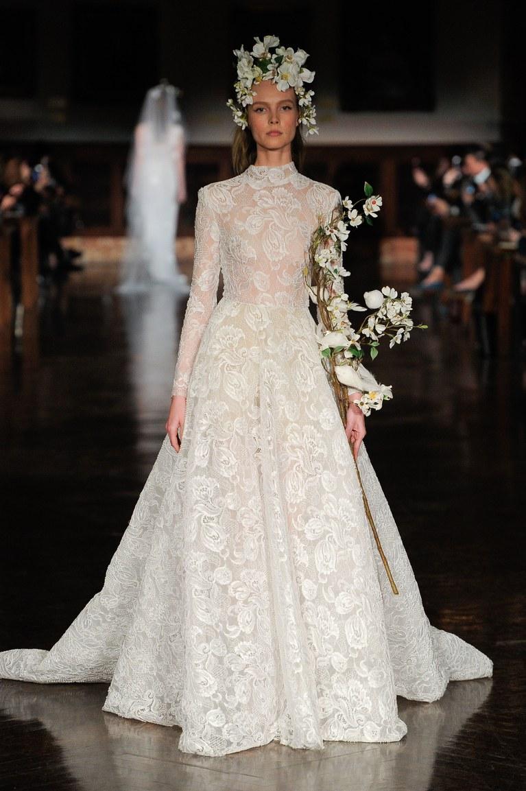 45b2d27335585 وقد ظهرت العديد من موديلات فساتين الزفاف الدانتيل خلال أسبوع العرائس  بنيويورك ربيع وصيف 2019، تنوعت فيها التصاميم ولكنها اجتمعت على الرقة  والبساطة.