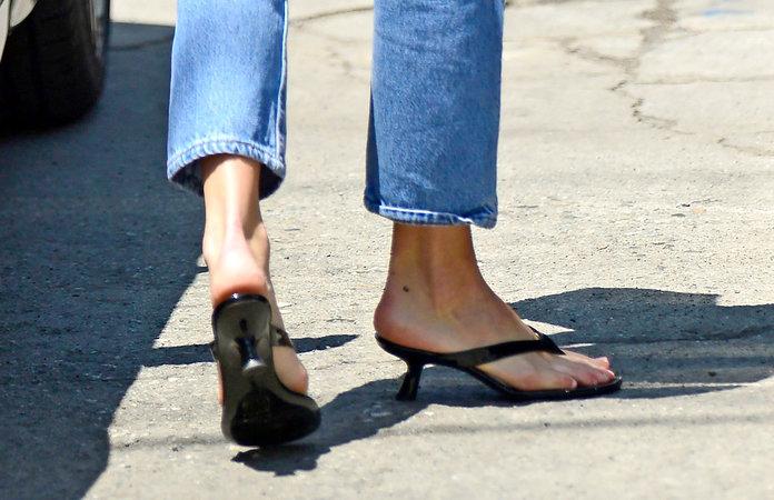 كيندال جينر تكسر القاعدة وترتدي هذا الحذاء الجديد