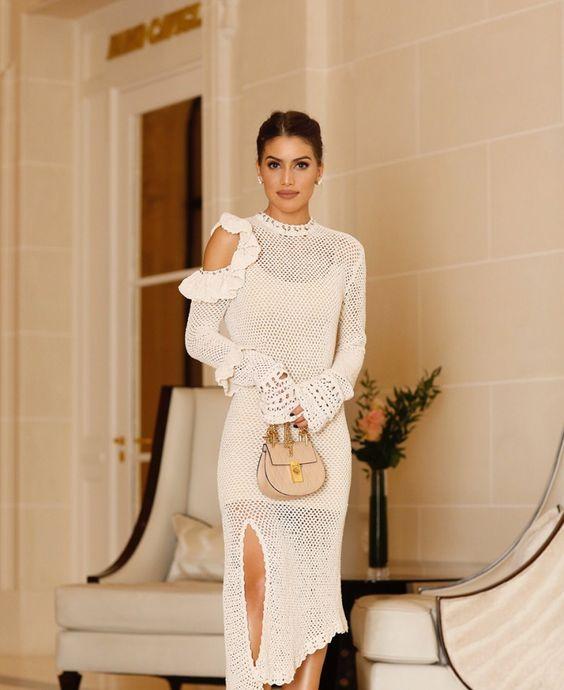 699611fe5 تأتي فساتين الكروشيه بألوان كثيرة للغاية، إلا أن الأكثر أناقة من وجهة نظري،  هو ذلك الفستان الأبيض الناعم المناسب لفصل الصيف؛ لذا لا تترددي مطلقاً في  اقتناء ...