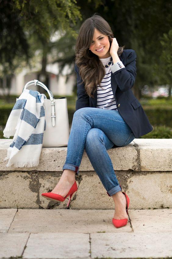 الحذاء العالي الملون وطريقة تنسيقه بجاذبية لا تقاوم