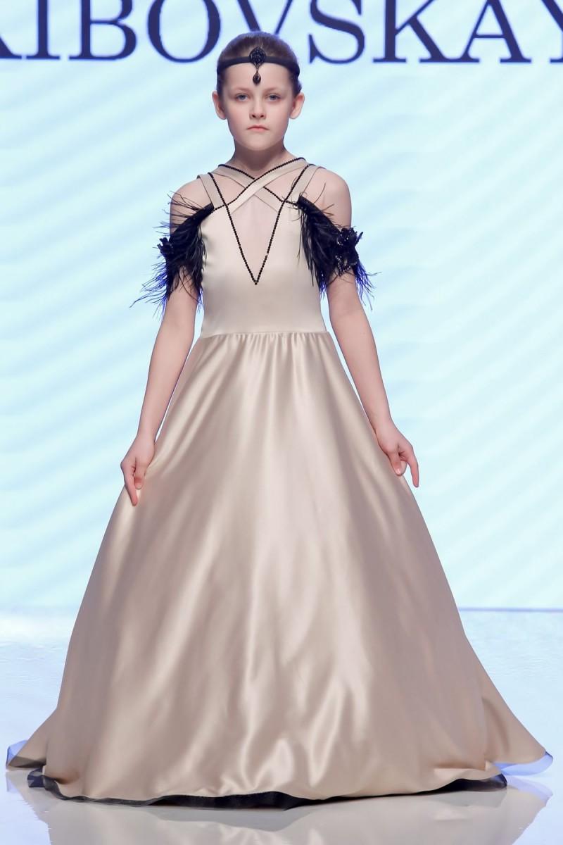 fd41e0267 أيضاً قدمت الماركة فساتين سهرة باللون الأزرق، هذا اللون الملكي الساحر،  وتميزت الفساتين بقصّات عديدة مواكبة للموضة، سواء بتنورة إضافية أو بطبقات  متعددة ...