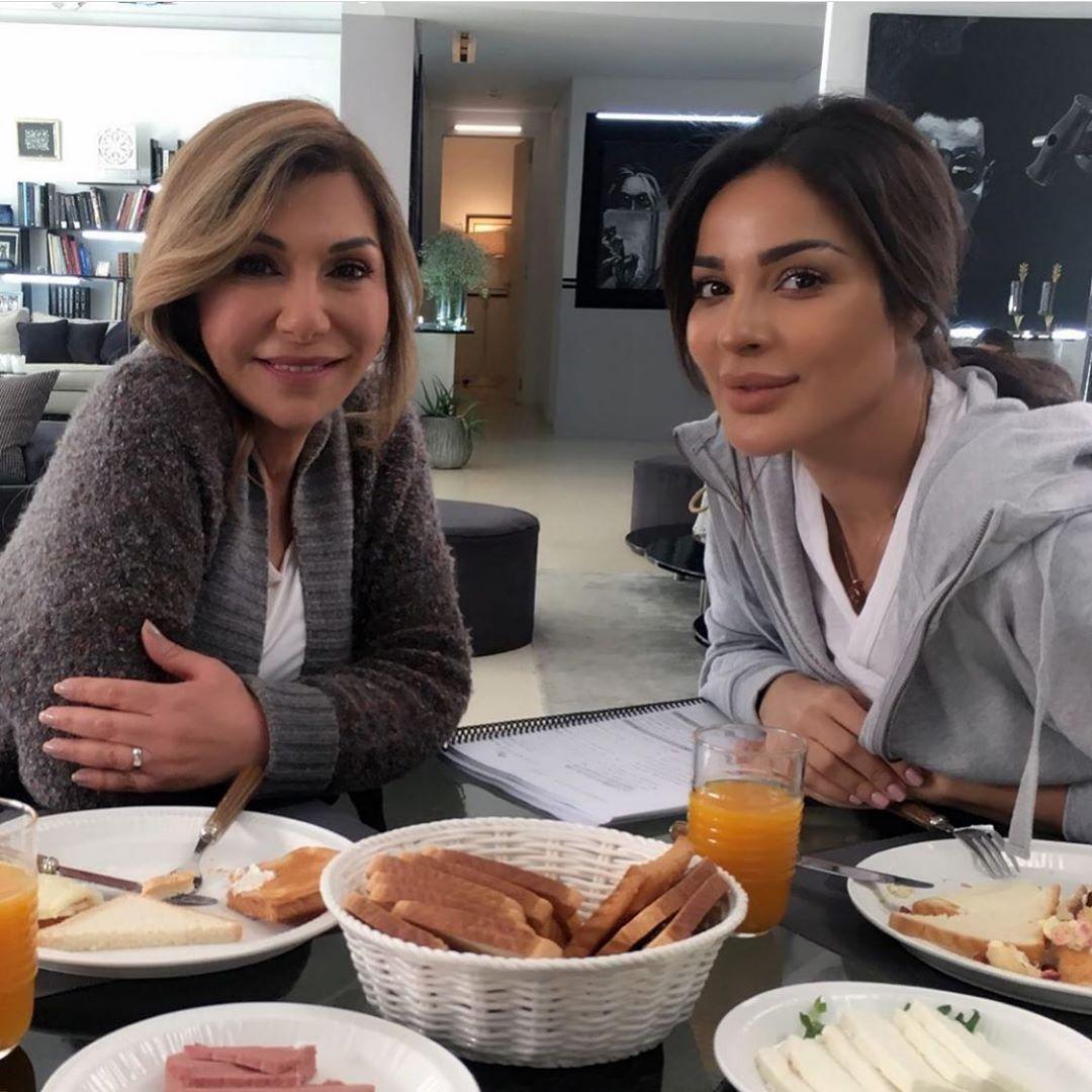 ماذا تقول منسقة أزياء نادين نسيب نجيم عن اطلالاتها في مسلسل خمسة ونص؟