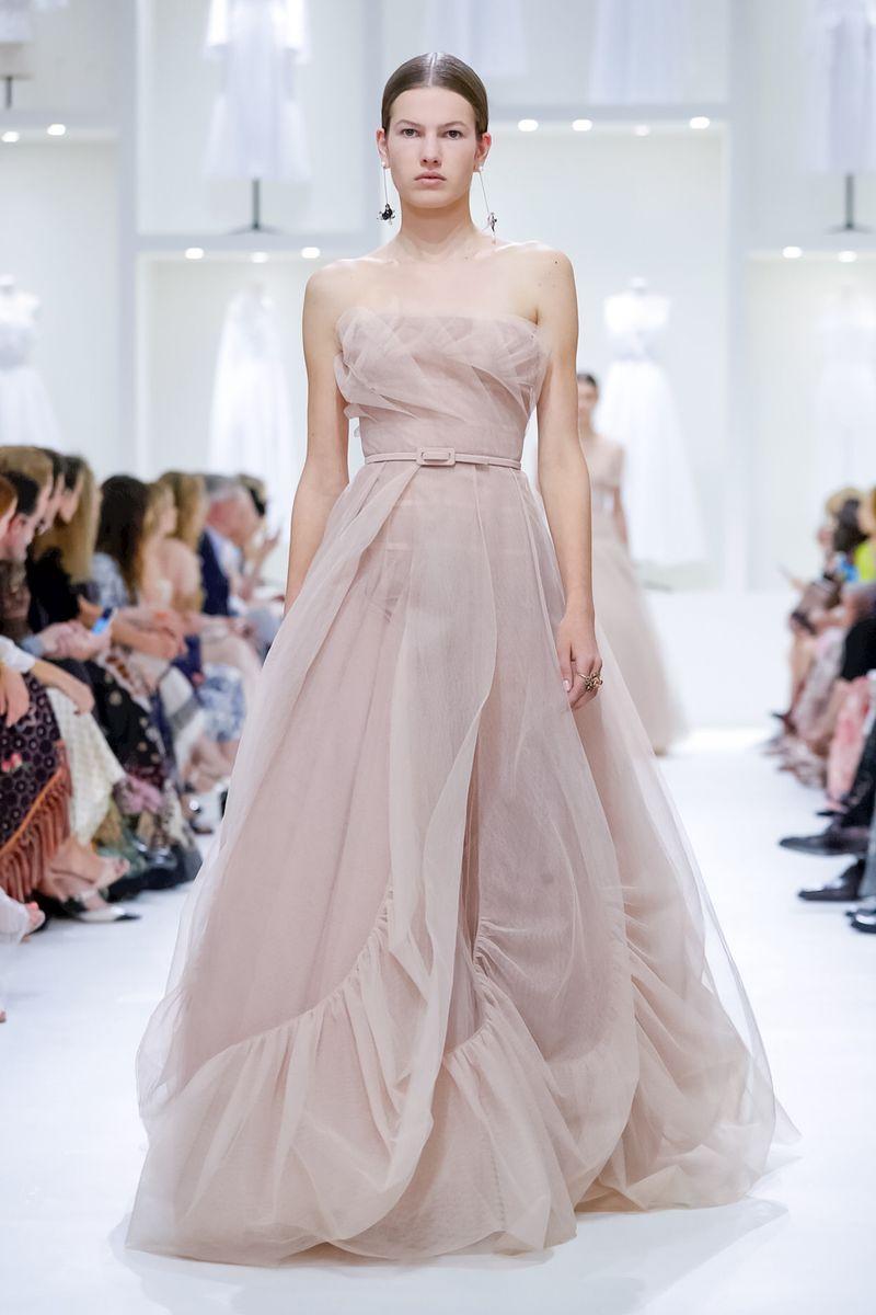 86e4ce522f984 ... Armani ودار ديور Dior زبوناتها بتصاميم غاية في الأنوثة والرقي تميزت  بالخصر العالي الذي يبدأ من أسفل الصدر مباشرة ما يوحي بأنكِ أكثر طولًا مما  أنتِ عليه.
