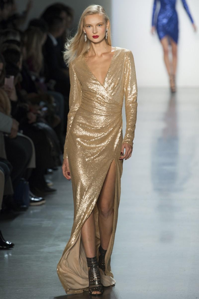 d1cec22c9fcd3 ... الفساتين القصيرة لدى إيلي صعب Elie Saab وتاداشي شوجي Tadashi Shoji وذلك  الأخير قدم أيضًا فستان أنيق مصمم بشق طويل على الجانب وياقة حرف V سيزيد من  طولك.