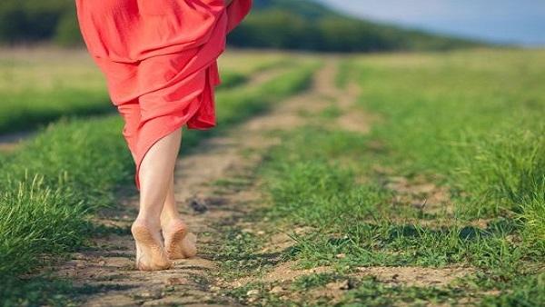 فوائد المشي حافية القدمين