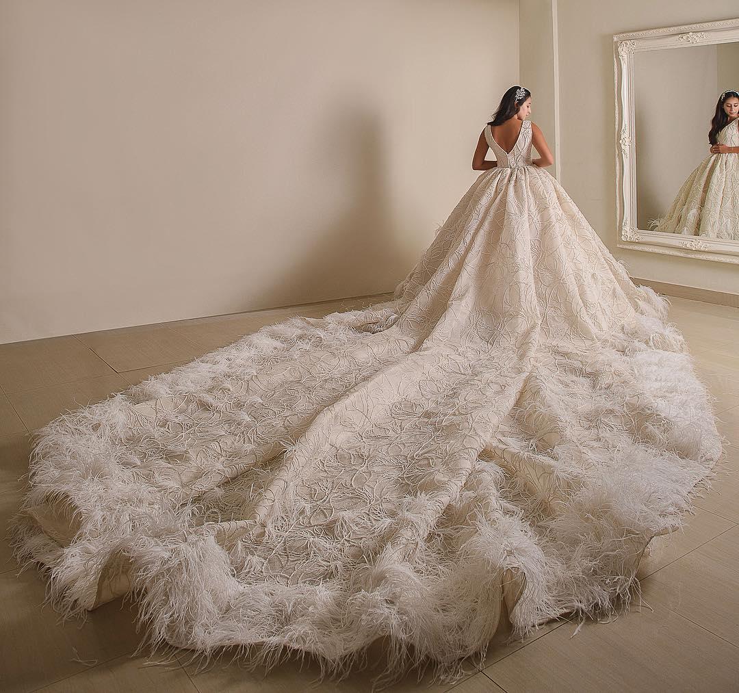 f72b67f40 إن كنت من عشاق فساتين الزفاف الملكية لا تتردي في استلهام إطلالتك من تصاميم  إيمان صعب.