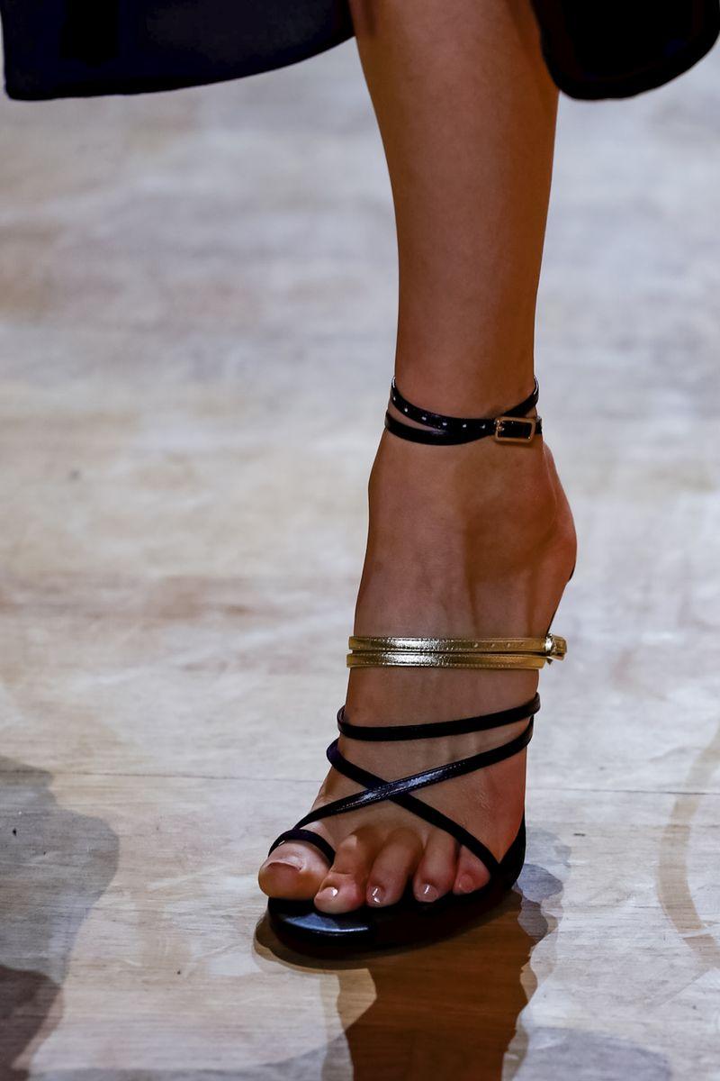 a3837618948bc وإذا كنتِ تبحثين عن راحتك، فلتختاري الحذاء بالكعب المرتفع والعريض، مثل  الأحذية المفعمة بالحيوية من Marimekko، باللونين الأبيض والأخضر.