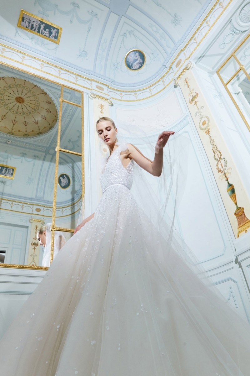 f6f80f584 عند النظر إلى بعض موديلات فساتين زفاف إيلي صعب، سوف نتذكر إطلالة دوقة  كامبريدج «كيت ميدلتون» في عام 2011، وفستان زفافها الراقي والمحتشم، فهكذا  أعاده المصمم ...