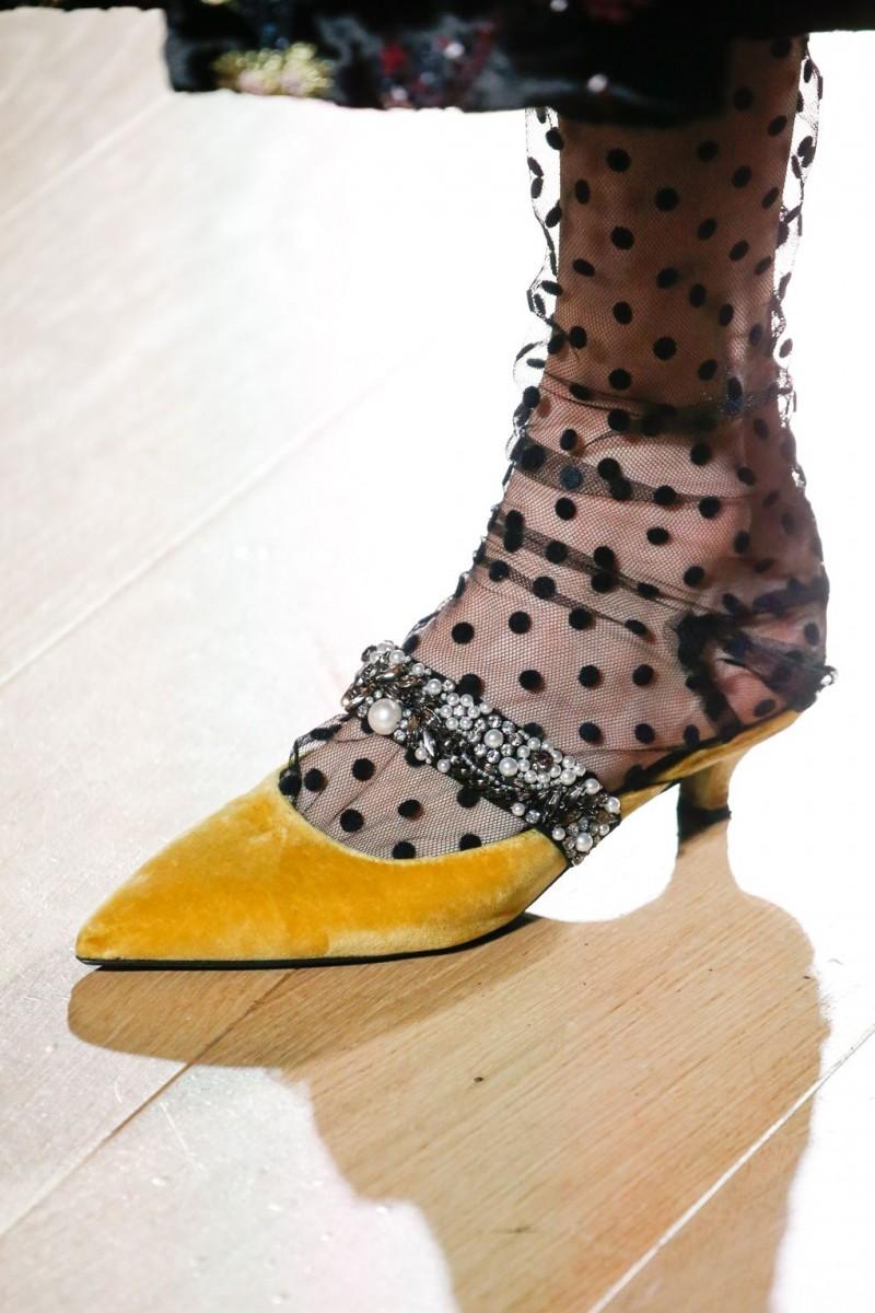 1147bd701723a أعادت ماركات شهيرة صيحة الأحذية ذات الكعوب الصغيرة Kitten heels إلى واجهة  الموضة، فزينت أقدام عارضات توم فورد Tom Ford وإرديم Erdem، وذلك الأخير  أبتكر موديل ...