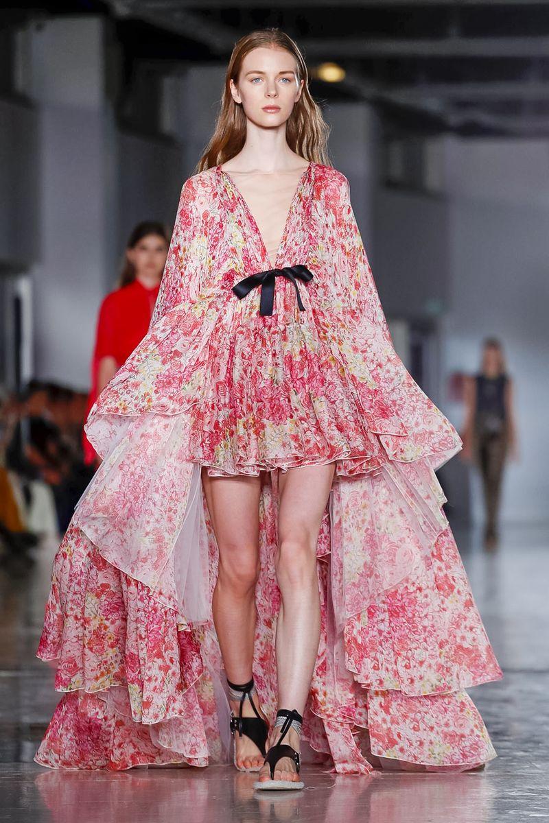 15f5a429b تنوعت فساتين عرض أزياء جيامباتيستا فالي المشجرة والمصنوعة من الشيفون في  قصاتها، ولكنها انحصرت بين الفساتين الضيقة والفساتين المنفوشة ولكنها قصيرة  من الأمام ...