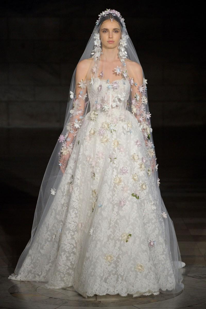 9a0f53295 غلبت فساتين الزفاف المنفوشة على التصاميم، سواء بقماش الستان اللامع أو التول  أو الدانتيل، مع قصّات Strapless ،Off Shoulder وبأكمام طويلة.
