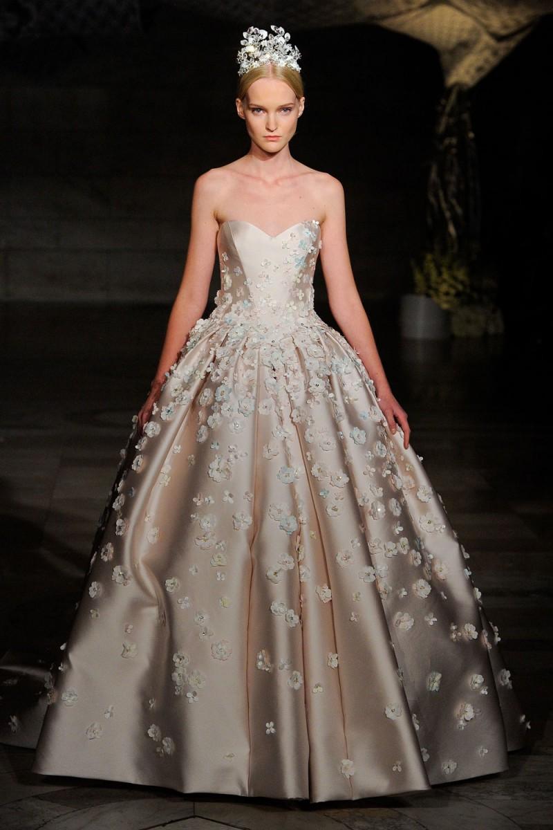 648ca79f6cbdf Reem-Acra. من أجمل فساتين الزفاف المزينة بالورود في أحدث أسبوع للعروس ...