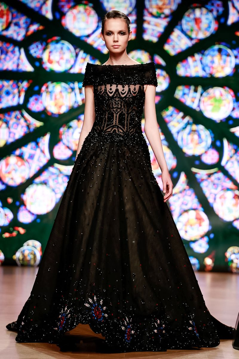697ea40b6 ... فساتين خطوبة منفوشة باللون الأسود، والذي يجعل العروس تطل مثل الأميرات،  وإزدادت الفساتين فخامة بالتطريزات البرّاقة، مثل فساتين لازارو Lazaro، وطوني  ورد ...