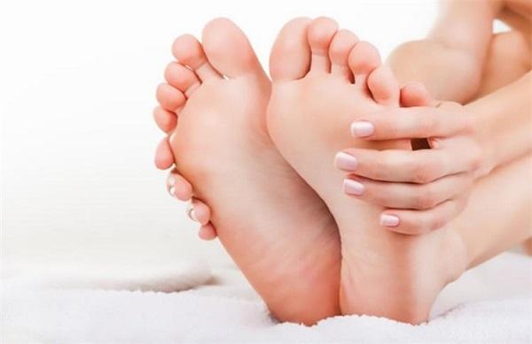 وصفات لعلاج تشقّقات القدمين بعد الصيف