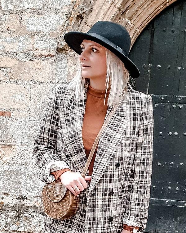 القبعة مع ملابس الشتاء