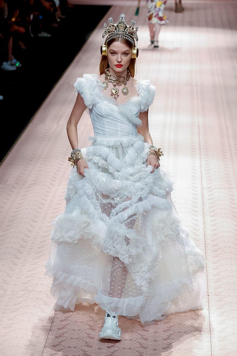 c94208285635f أجمل فساتين زفاف 2019 من أسابيع الموضة