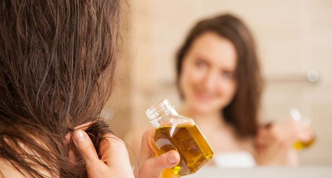 تطبيق تركيبة الزيوت لتنعيم الشعر