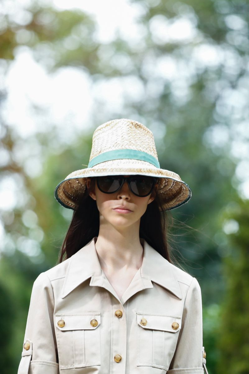 7fb4faac3 ومن أبرز الماركات التي قدمت نظارات شمسية كبيرة، دار توم فورد Tom Ford،  وتوري بورش Tory Burch، والتي تميزت بلونها الأسود.