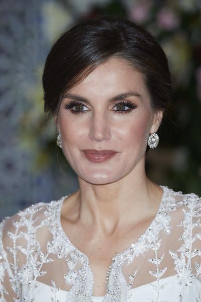 الملكة ليتيزيا بإطلالات جمالية ناعمة ومخملية